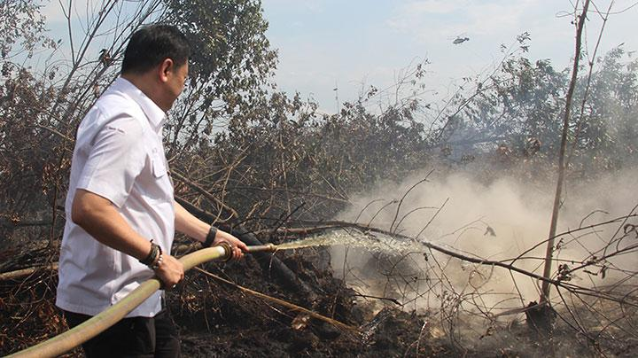 Peatland Restoration Agency Head NAzir Foead mitigates the fire scorching peatland area in Mundam, Dumai City, Riau, during his visit to monitor the fire on Thursday, July 19, 2018. ANTARA/Aswaddy Hamid