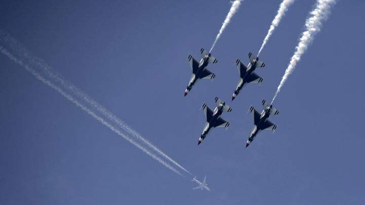 Aksi Tim Aerobatik AS, Thunderbirds dalam Chicago Air Show