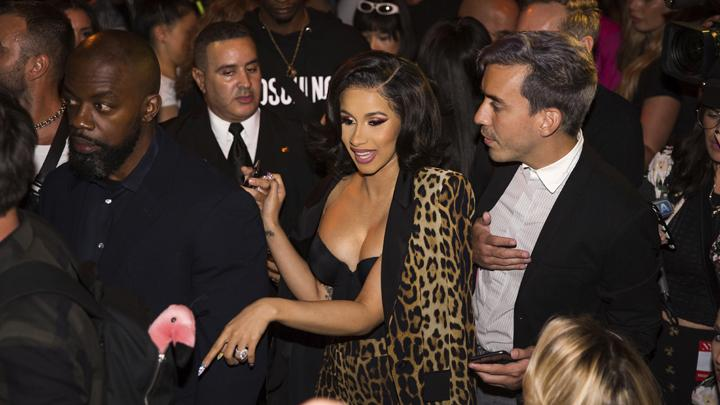 Artis Hip hop Cardi B tiba untuk dalam presentasi koleksi musim semi 2019 Jeremy Scott selama New York Fashion Week 2019 di New York, Kamis, 6 September 2018. (AP Photo/Kevin Hagen)