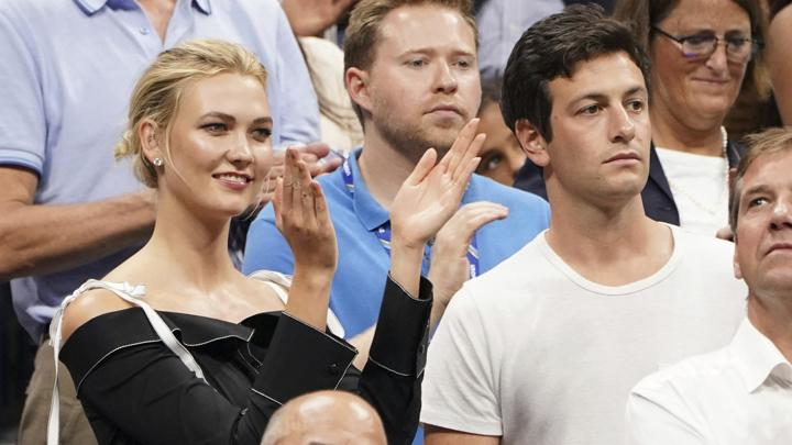 Karlie Kloss dan Joshua Kushner ikut hadir menyaksikan laga semifinal turnamen tenis AS Terbuka di USTA Billie Jean King National Tennis Center, New York, Amerika Serikat, 6 September 2018. (Photo by Greg Allen/Invision/AP)
