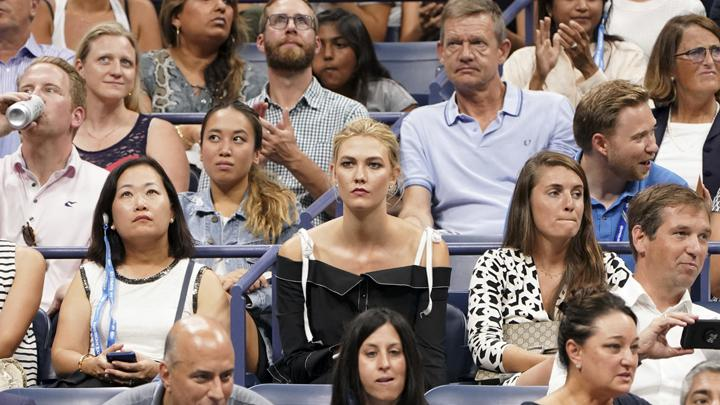 Karlie Kloss menyaksikan laga semifinal turnamen tenis AS Terbuka di USTA Billie Jean King National Tennis Center, New York, Amerika Serikat, 6 September 2018. (Photo by Greg Allen/Invision/AP)