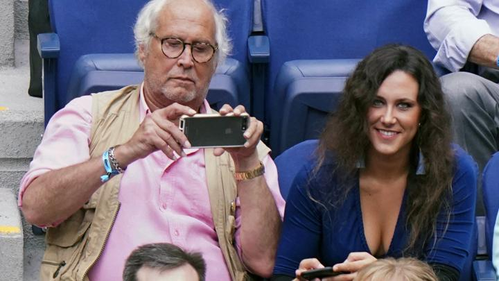 Chevy Chase menyaksikan laga semifinal turnamen tenis AS Terbuka di USTA Billie Jean King National Tennis Center, New York, Amerika Serikat, 6 September 2018. (Photo by Greg Allen/Invision/AP)