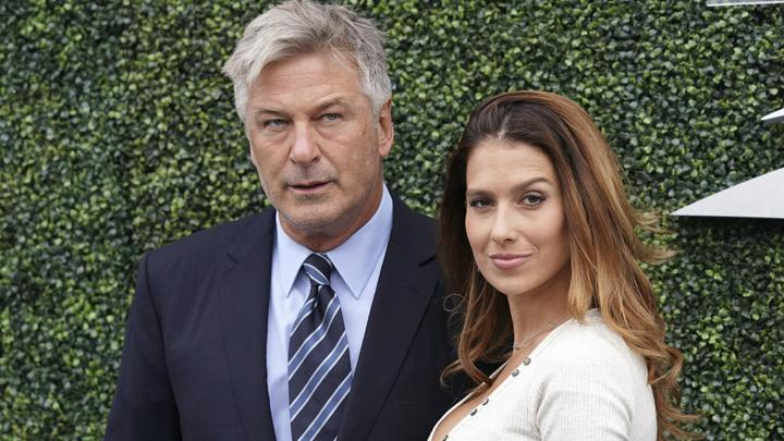 Hilaria Baldwin dan Alec Baldwin berpose saat hadir untuk menyaksikan laga semifinal turnamen tenis AS Terbuka di USTA Billie Jean King National Tennis Center, New York, Amerika Serikat, 7 September 2018. (Photo by Greg Allen/Invision/AP)