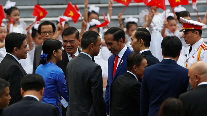 Presiden Jokowi bersalaman dengan para pejabat Vietnam dalam upacara penyambutan di Istana Kepresidenan, Hanoi, Vietnam, Selasa, 11 September 2018. Jokowi akan menghadiri World Economic Forum (WEF) on ASEAN pada Rabu, 12 September 2018. REUTERS/Kham/Pool