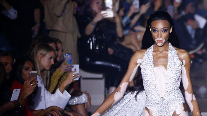 Berbagai Gaya Cantik Winnie Harlow di London Fashion Week