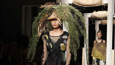 Unik, Daun dan Ranting Jadi Topi Model di Milan Fashion Week