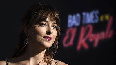 Cuci Tangan Unik ala Dakota Johnson, Dibantu Chris Martin