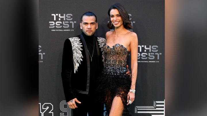 Bek Brasil dan Paris St Germain, Dani Alves berpose bersama Joana Sanz, saat menghadiri malam The Best FIFA Football Awards 2018 di Royal Festival Hall, London, 24 September 2018. Action Images via Reuters/John Sibley