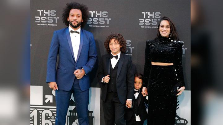 Bek Brasil dan Real Madrid, Marcelo bersama keluarganya saat menghadiri malam The Best FIFA Football Awards 2018 di Royal Festival Hall, London, 24 September 2018. AP