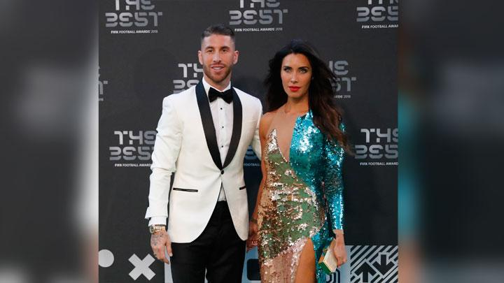 Pemain Spanyol dan Real Madrid, Sergio Ramos, berpose bersama istrinya Pilar Rubio saat menghadiri malam The Best FIFA Football Awards 2018 di Royal Festival Hall, London, 24 September 2018. AP