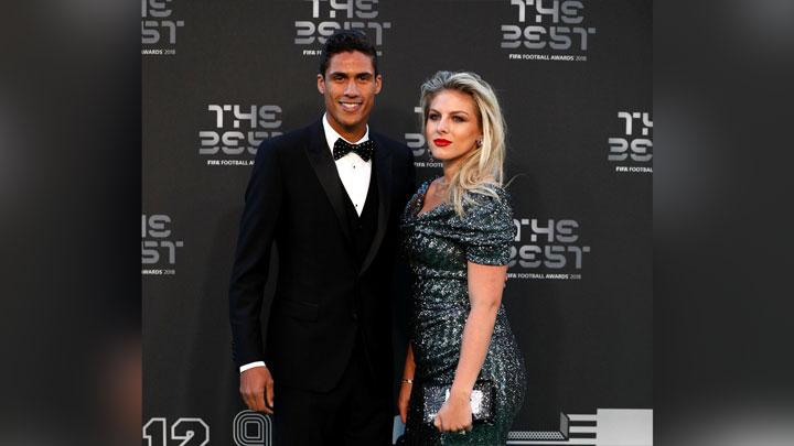 Bek Real Madrid, Raphael Varane, berpose bersama istrinya Camille Tytgat saat menghadiri malam The Best FIFA Football Awards 2018 di Royal Festival Hall, London, 24 September 2018. Action Images via Reuters/John Sibley