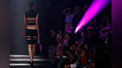 Deretan Gaun Transparan di Paris Fashion Week