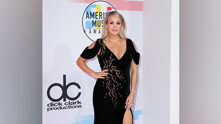 Carrie Underwood berpose di karpet merah ajang penghargaan musik American Music Awards di Los Angeles, California, Selasa, 9 Oktober 2018. REUTERS/Mike Blake