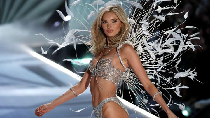 Model Elsa Hosk berpose diatas catwalk saat memperagakan Fantasy bra dalam acara Victoria's Secret Fashion Show 2018 di New York, 9 November 2018. Fantasy bra berisi 2.100 berlian Swarovski 71 karat dibuat selama 930 jam. REUTERS/Mike Segar