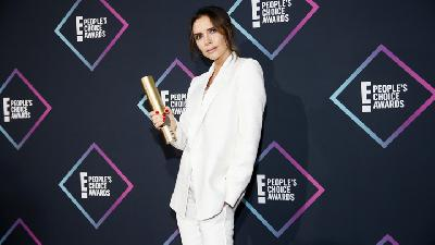 Gaya Victoria Beckham Saat Raih Piala di People Choice Awards