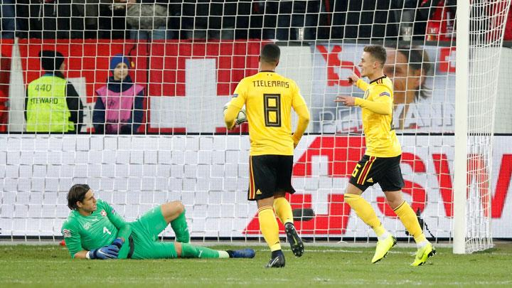 Pemain Belgia, Thorgan Hazard, mencetak gol ke gawang Swiss yang dikawal Yann Sommer dalam pertandingan League A, UEFA Nations League di Swissporarena, Lucerne, 19 November 2018. REUTERS/Arnd Wiegmann