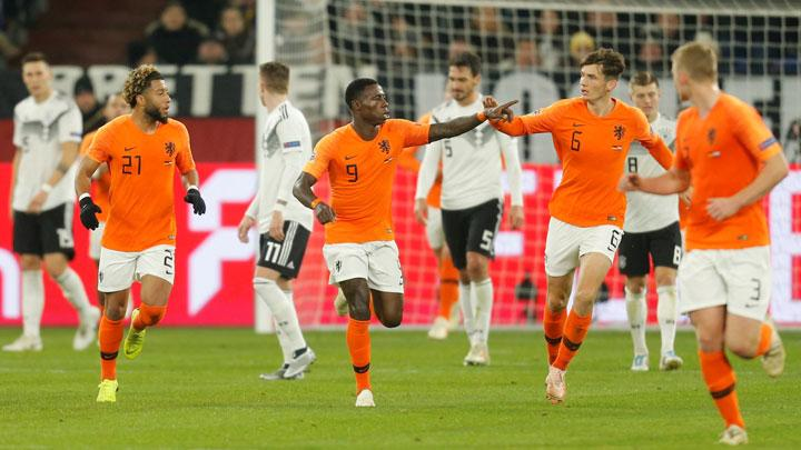Penyerang Belanda, Quincy Promes, melakukan selebrasi setelah mencetak gol ke gawang Jerman dalam pertandingan League A, UEFA Nations League di Veltins-Arena, Gelsenkirchen, 20 November 2018.  REUTERS/Leon Kuegeler