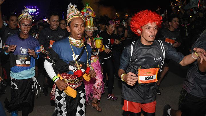 Aksi Narsis Pelari dalam Glowing Night Run 5K