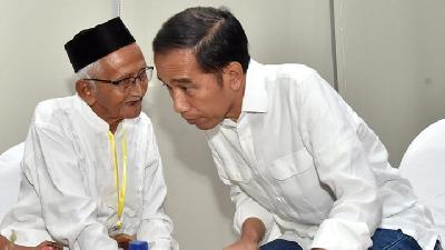 President Jokowi Meets Nyak Sandang during his Visit to Aceh