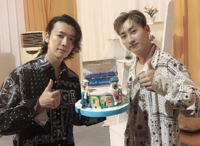Tiba di Indonesia D&E Super Junior Disambut Kue