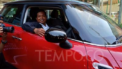 Motorcycle Taxi Driver Receives Mini Cooper Prize