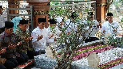 Jokowi Pay Visit to Grave of Gus Dur