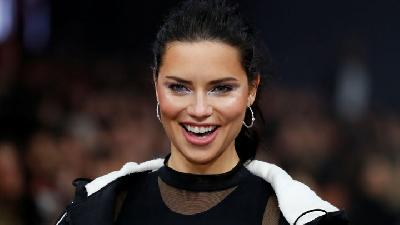 Aksi Adriana Lima di Berlin Fashion Week