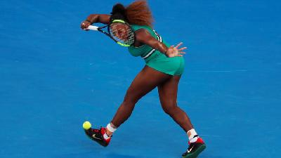 Serena Williams Edges Top Seed Halep to Reach Last Eight
