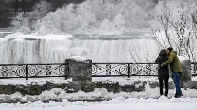 Breathtaking Views of Frozen Niagara Falls