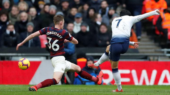 Gelandang Tottenham Hotspur, Son Heung-min mencetak gol ke gawang Newcastle United dalam pertandingan Liga Inggris di Stadion Wembley, London, 2 Februari 2019. Action Images via Reuters/Matthew Childs