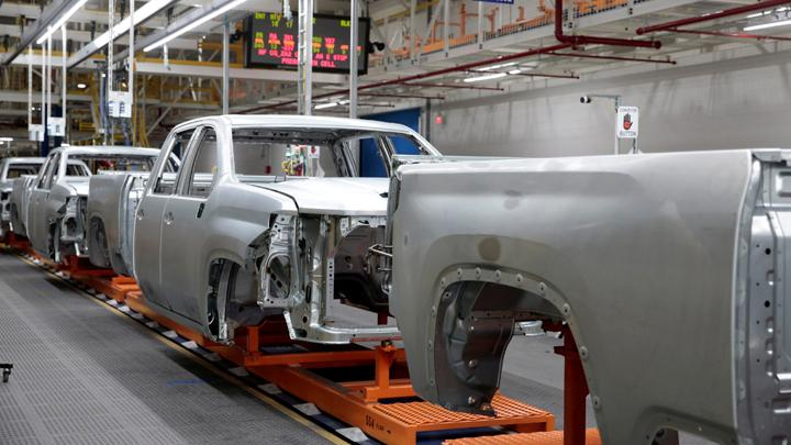 SUV Pikap Chevrolet Silverado 2020 bersiap untuk dicat di General Motors Flint Assembly Plant di Flint, Michigan, AS, 5 Februari 2019. REUTERS/Rebecca Cook