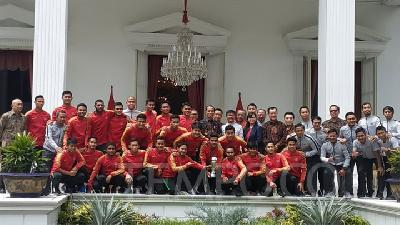 Jokowi Greets AFF U-22 Champion Indonesian Young Squad at Palace