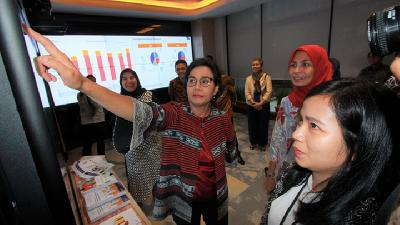 Sri Mulyani Wary of China, US' Weakening Economy