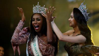 Ekspresi Transgender AS saat Menangkan Miss International Queen