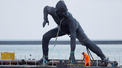 Britain's Biggest Bronze Statue Crosses Land and Sea to New Home