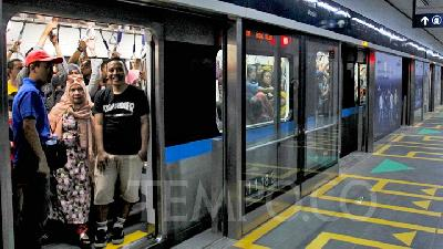 Jakartans Proud of the City`s First MRT