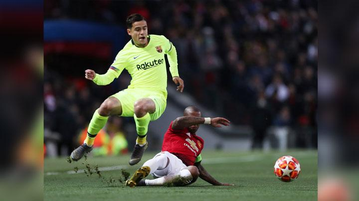Gelandang Barcelona, Philippe Coutinho dihadang bek Manchester United, Ashley Young dalam pertandingan leg pertama perempat final Liga Champions di Old Trafford, Manchester, 11 April 2019. Action Images via Reuters/Lee Smith