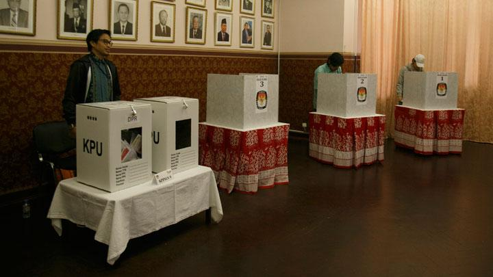 Indonesian citizens cast their ballots at the polling station in Indonesian Embassy in Moscow, Russia, Sunday, April 14, 2019.  ANTARA