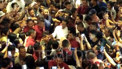 People Cheer at Jokowi's Visit to Grand Indonesia Mall