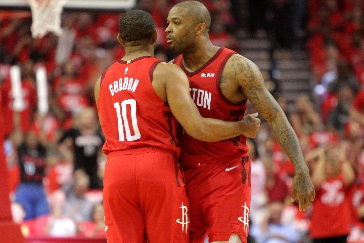 Pemain klub NBA Houston Rockets Eric Gordon (10) dan P.J. Tucker (17) . Reuters/Erik Williams-USA TODAY Sports