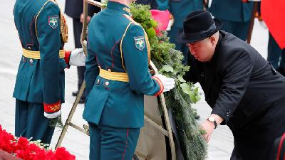 Kim Jong Un Lays Flowers at a War Memorial in Vladivostok, Russia