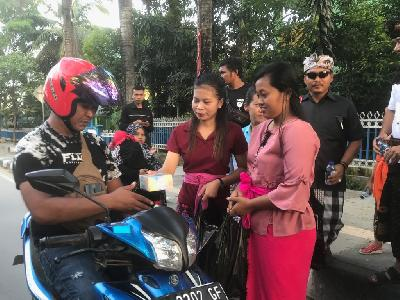 Beauty of Tolerance, Kendari Hindus Distribute Takjil for Muslims