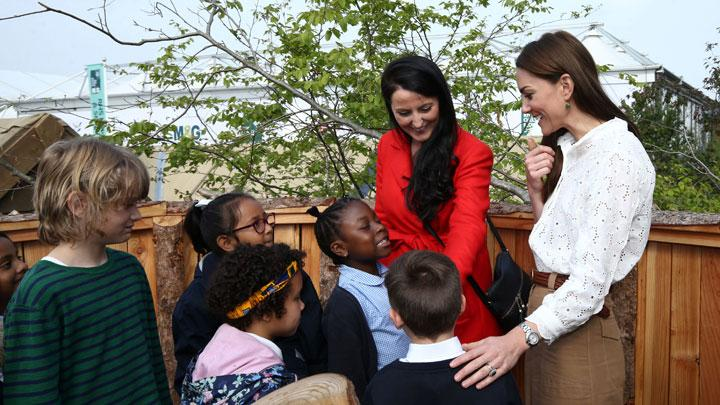 Duchess of Cambridge Kate Middleton berbincang dengan anak-anak saat mengunjungi RHS Chelsea Flower Show di Royal Hospital Chelsea, London, 20 Mei 2019. REUTERS/Toby Melville