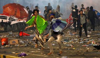Stones, Tear Gas Fly As Unrest Continues in Jakarta