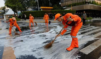 Jakarta Workers Clean Roads After Riot in Bawaslu Headquarters