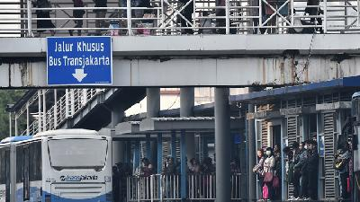 5 Transjakarta Lines Rerouted due to Road Closure around DPR