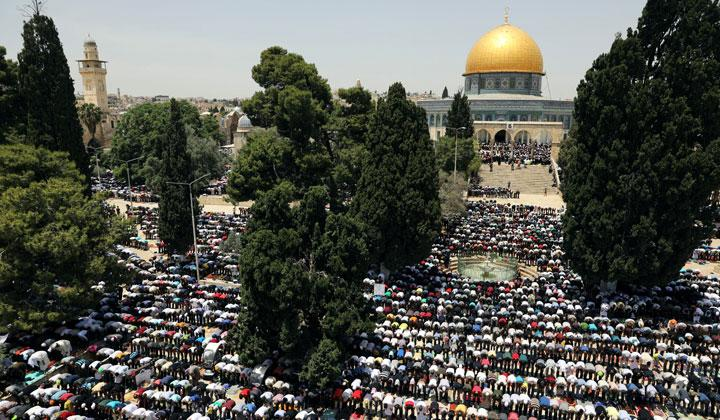 Thousands Muslim Hold Ramadan Friday Prayers at Al-Aqsa Mosque
