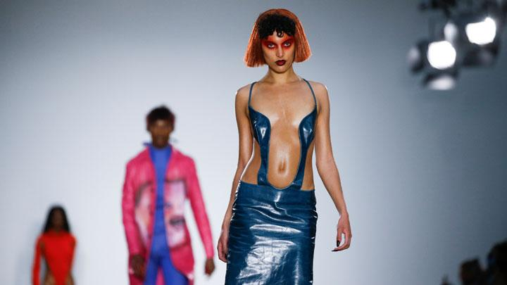 Gaun-gaun Seksi dan Nyeleneh di London Fashion Week