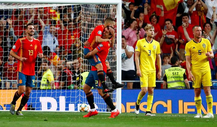 Spain's Mikel Oyarzabal celebrates scoring their third goal with team mates as Sweden's Filip Helander and Jakob Johansson react during the match Euro 2020 Qualifier Group F between Spain vs Sweden at Santiago Bernabeu, Madrid, Spain, June 10, 2019. REUTERS/Juan Medina