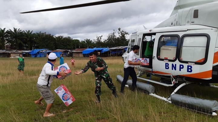 Victims of flash floods receive logistics in the form of instant food that is transported using helicopters belonging to BPBD in Wiwirano District, Konawe Utara, Southeast Sulawesi, Monday, June 10, 2019. Ruksamin expressed gratitude to the National Disaster Management Agency for disbursing funds worth Rp500 million to handle flood victims in its area that was led and handed over directly by Head of BNPB TNI Lieutenant General Doni Monardo after reviewing and directly monitoring flood conditions since June 6, 2019. ANTARA FOTO/HumasKodim1417